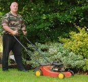 Mannelijk knipsel dat het gras maait Royalty-vrije Stock Afbeelding