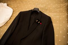 Mannelijk kostuum: zwart jasje met een vlinderdas en een wit overhemd stock foto