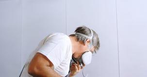 Mannelijk mechanisch dragend gasmasker 4k stock videobeelden