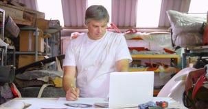 Mannelijk mechanisch het schetsen autoontwerp 4k stock video