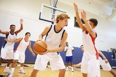 Mannelijk Middelbare schoolbasketbal Team Playing Game royalty-vrije stock afbeeldingen