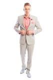 Mannelijk model die zijn lichtgrijs kostuum sluiten Royalty-vrije Stock Foto's