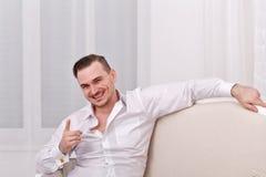 Mannelijk model in wit overhemd joking Stock Fotografie
