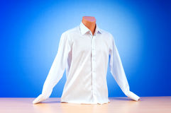 Mannelijk overhemd tegen gradiënt Stock Fotografie
