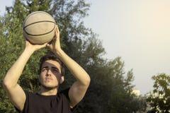 Mannelijk speelbasketbal openlucht royalty-vrije stock foto
