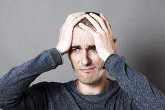 Mannelijk wanhoopsconcept voor het droevige jonge donkere mens fronsen Stock Afbeelding