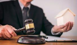 Mannelijke advocaat of rechtershand ` die s de hamer op klinkend blok slaan Stock Afbeeldingen