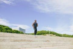 Mannelijke Afrikaanse atleet het lanceren vlucht van treden met snelheid Royalty-vrije Stock Afbeeldingen