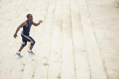 Mannelijke Afrikaanse atleet het lanceren vlucht van treden met snelheid Royalty-vrije Stock Foto's