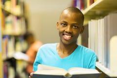Mannelijke Afrikaanse studentenbibliotheek stock fotografie