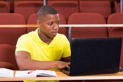 Mannelijke Afrikaanse universitaire studentenlaptop stock foto