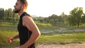 Mannelijke agent die de weg in het park reduceren bij zonsondergang stock videobeelden