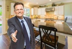 Mannelijke Agent Reaching voor Handschok in Nieuwe Keuken stock foto's