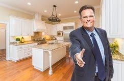 Mannelijke Agent Reaching voor Handschok in Nieuwe Keuken royalty-vrije stock afbeeldingen