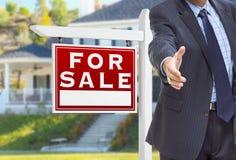 Mannelijke Agent Reaching voor Handschok voor voor Verkoopteken stock afbeelding
