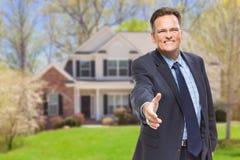 Mannelijke Agent Reaching voor Handschok voor Huis stock foto