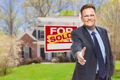 Mannelijke Agent Reaching voor Handschok voor Huis en Verkocht aangaande stock afbeelding