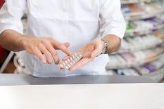 Mannelijke Apotheker Giving Prescription Medicine stock foto's