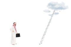 Mannelijke Arabische persoon die zich voor ladder bevinden Royalty-vrije Stock Afbeelding
