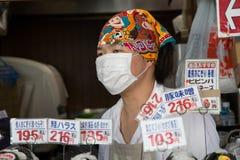 Mannelijke arbeider bij Tsukiji-straatmarkt Stock Fotografie