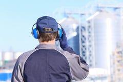 Mannelijke arbeider met hoofdtelefoons in openlucht stock afbeelding
