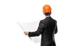 Mannelijke architect die blauwdrukken bekijkt Stock Fotografie