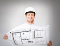 Mannelijke architect in helm met blauwdruk Stock Afbeelding