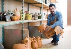 Mannelijke artisanaal in ceramische workshop royalty-vrije stock foto
