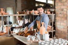 Mannelijke artisanaal in ceramische workshop royalty-vrije stock fotografie
