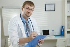 Mannelijke arts in bureau stock fotografie
