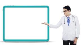 Mannelijke arts die copyspace tonen Stock Fotografie