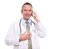 Mannelijke arts die een vraag op zijn mobiele telefoon nemen Stock Foto