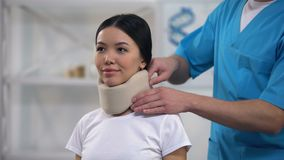 Mannelijke arts die gelukkige vrouwelijke geduldige schuim cervicale kraag, rehabilitatie bevestigen stock videobeelden