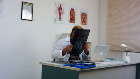 Mannelijke arts die hersenen xray beeld bespreken met patiënt op skype stock footage