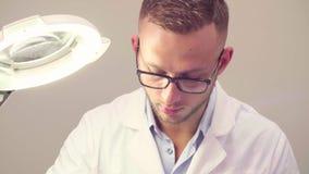 Mannelijke arts die lippenvergroting doen stock video