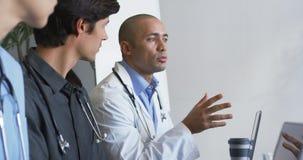 Mannelijke arts die op een vergadering 4k spreken stock footage