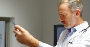 Mannelijke arts die röntgenstraal bekijkt stock footage