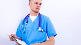 Mannelijke arts die zich met die omslag bevinden, op witte achtergrond wordt geïsoleerd Stock Foto