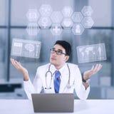 Mannelijke arts en medisch pictogram royalty-vrije stock fotografie