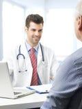 Mannelijke arts en zijn patiënt royalty-vrije stock fotografie