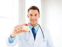 Mannelijke arts met kruik van capsules royalty-vrije stock afbeeldingen