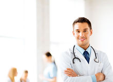 Mannelijke arts met stethoscoop Stock Foto