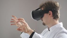Mannelijke arts in VR-glazen stock videobeelden