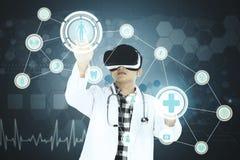 Mannelijke arts wat betreft virtuele medische knopen Stock Fotografie