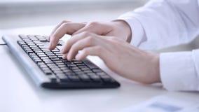 Mannelijke artsenhanden die op toetsenbord typen stock video