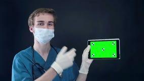 Mannelijke artsenholding, die digitale tablet met het groene scherm tonen stock video
