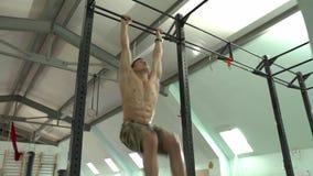 Mannelijke atleet die dynamische beenliften doen stock footage