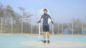 Mannelijke atleet die in openlucht opleiden stock video
