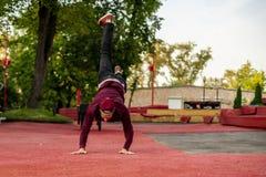 Mannelijke atleet die parkour in de straat in de zomer praktizeren dag B royalty-vrije stock foto's