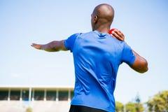 Mannelijke atleet die schot gezette bal voorbereidingen treffen te werpen Royalty-vrije Stock Afbeeldingen
